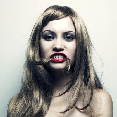 Fototapeta Młoda kobieta z włosami w ustach