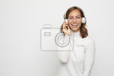 młoda kobieta ze słuchawkami wygląda w aparacie