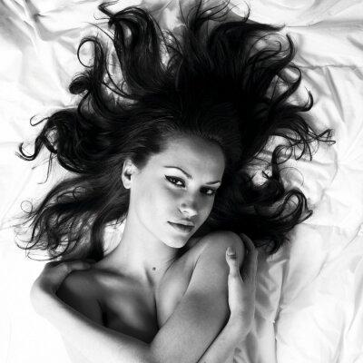Fototapeta Młoda kobieta ze wspaniałym rozrzuconych włosów