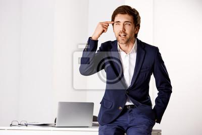Młoda mylić biznesmen rozmawia przy biurku
