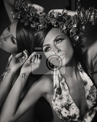 Młoda piękna brunetka stwarzających w lustrze, wersja czarno - biała