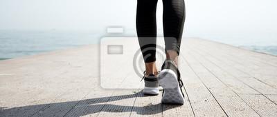 Fototapeta Młoda piękna dziewczyna sportive przygotowuje się do biegania