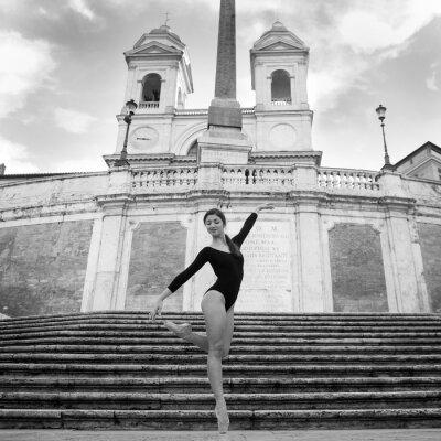 Fototapeta Młoda piękna tancerka na Schodów Hiszpańskich w Rzymie.