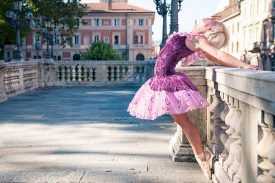 Fototapeta Młoda piękna tancerka w Bolonii - Pincio, Włochy. Ba