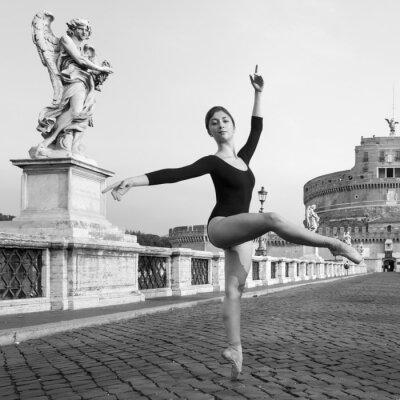 Fototapeta Młoda piękna tancerka w Rzymie