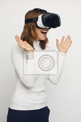 Fototapeta młoda szczęśliwa kobieta z okularami VR