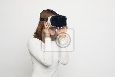 młoda szczęśliwa kobieta z okularami VR