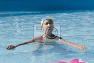 młode dziewczyny grać pływa w basenie