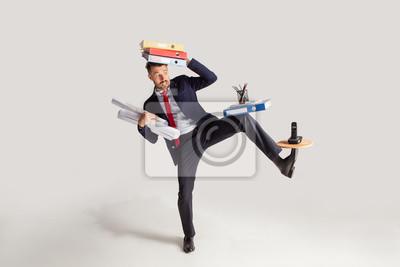 Fototapeta Młody biznesmen żongluje z biurowymi dostawami w jego biurze w kostiumu, odizolowywającym na białym tle. Koncepcyjne kolaż z telefonem, foldery. Koncepcja biznesu, biura, pracy.