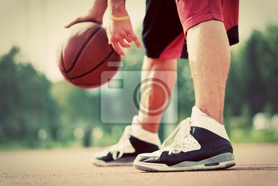 Mężczyzna grający w koszykówkę