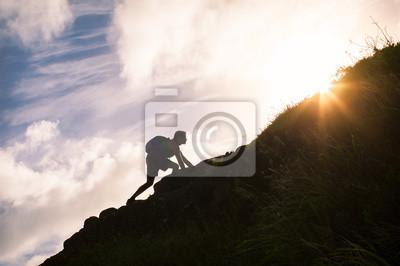 Fototapeta Młody człowiek wspinaczka na górę. Koncepcja samooceny i życiowe.