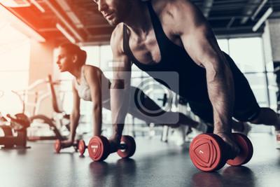 Fototapeta Młody mężczyzna i kobieta szkolenia w klubie fitness.