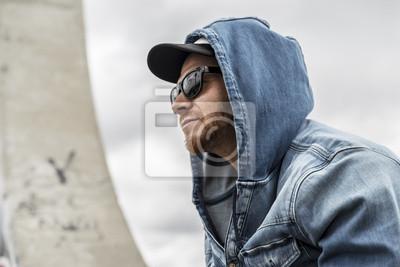 Młody mężczyzna kaukaski w otoczeniu miejskim