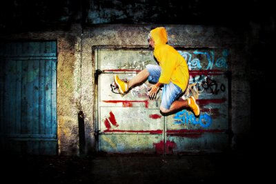 Fototapeta Młody mężczyzna skoków na grunge ścianie graffiti