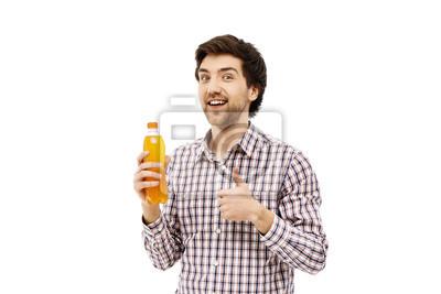 Młody przystojny mężczyzna wesołej gospodarstwa plastikowe butelki z pomarańczowym b