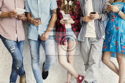 Fototapeta Młodzi przyjaciele i koncepcja technologii
