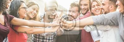Fototapeta Młodzi szczęśliwi ludzie broguje ręki plenerowe