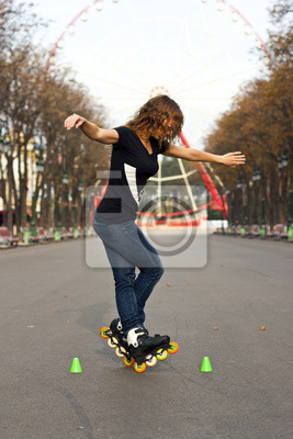 Młodzi wrotki dziewczyna w parku