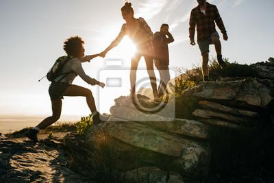 Fototapeta Młodzież na wędrówki górskie na zachodzie słońca