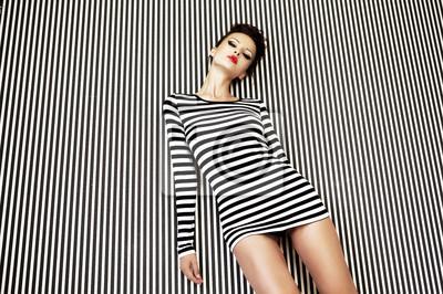 Fototapeta moda kobieta w sukience w paski na tle