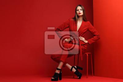 Fototapeta Moda młoda kobieta w czerwonym kostiumu.