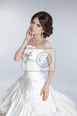 b6b54c5a97 Fototapeta Moda piękna panna młoda modelka stwarzających w sukni ślubnej z  ha