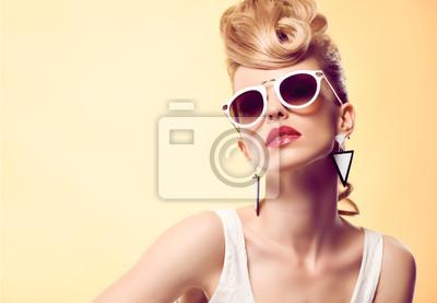 Fototapeta Moda portret Hipster model kobieta, stylowe fryzury. Moda makijażu. Blond sexy model, Trendy mody Glamour Okulary. Zabawny bezczelna dziewczyna mody. Niezwykłe Creative.Party disco irokez