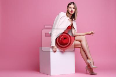 Fototapeta Moda portret młodej kobiety w różowej kurtce skórzanej i czerwonej sukience.