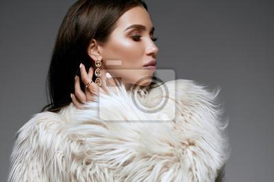 Fototapeta Moda zimowa. Piękna kobieta w futrze i biżuterii.