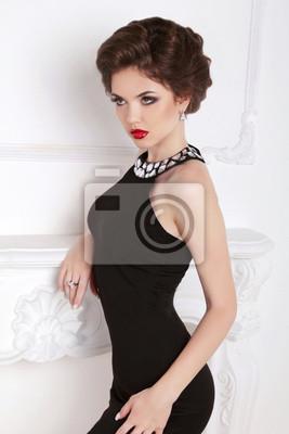 270de0d389 Fototapeta Modelka piękna dziewczyna brunetka w czarnej sukni stwarzające  agai