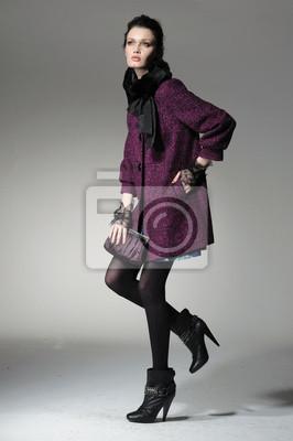 modelka w sukni moda pozowanie w jasnym tle