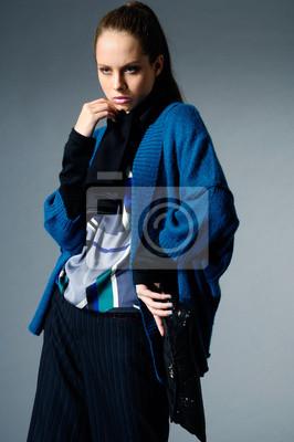 modelka w sukni mody, stwarzających na szarym tle