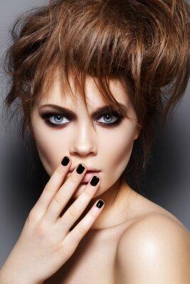Fototapeta Modelka z potargane włosy, makijaż, manicure