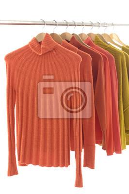 modne ubrania na wieszakach na wystawie