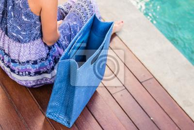 cf5f50651a modny-piekne-duze-niebieskie-weza-pytona-torebki-blisko-dziewczynka-w-modnej-sukience-stwarzajacych-w-poblizu-basenu-w-cieply-letni-wieczor-cieply-kolor-400  ...