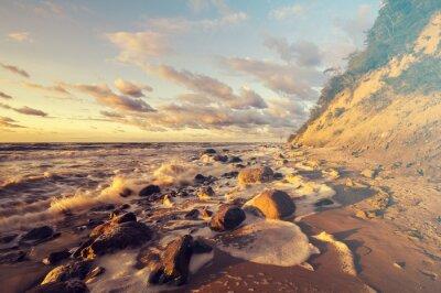 Fototapeta Morze krajobraz o zachodzie słońca, piaszczystej plaży i urwiska,
