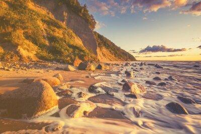 Fototapeta Morze krajobraz o zachodzie słońca, piaszczystej plaży i urwiska, retro, vintage