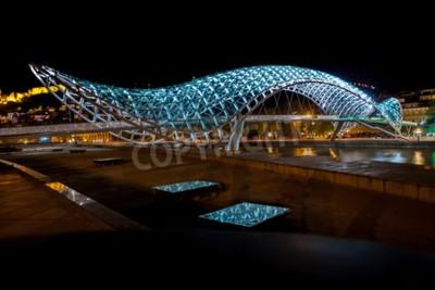 Fototapeta Most Prace w Tbilisi, most dla pieszych nad rzeką Mtkvari w Tbilisi - strzał noc