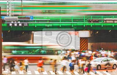 Motion niewyraźne tłumy przekraczania ruchliwej skrzyżowaniu w Tokio