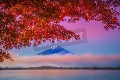 Fototapeta Mount Fuji w jeziorze Kawakuchiko w Japonii