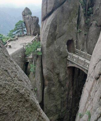 Fototapeta Mountain kamienny most nad skalnym urwisku Chinach