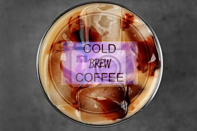 Mrożona kawa z mlekiem na szarym tle