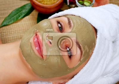 Mud Mask Spa. Kobieta w salonie spa