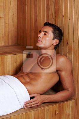 Muskulöser Mann w saunie