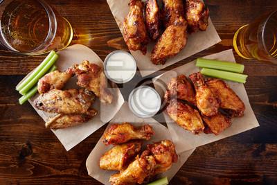 Fototapeta napowietrznych widok czterech różnych smakach skrzydełka kurczaka z sosem ranczo, piwo, seler i kije