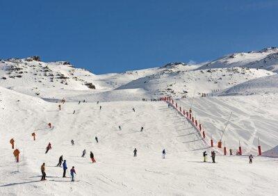 Fototapeta Narciarzy na piste w alpejskim kurorcie narciarskim