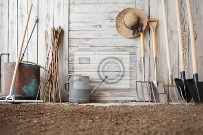 Fototapeta narzędzia ogrodnicze na drewnianej białej ścianie, sprzęt do ogrodu warzywnego, tło kopii przestrzeni