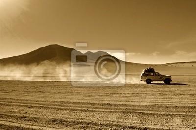 Fototapeta naturalne tło, jeep na pustyni w boliwijskim