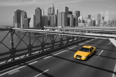 Fototapeta New York - Brooklyn Bridge e taxi giallo