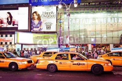 Fototapeta NEW YORK CITY - 01 lipca: Taksówki jazdy przez Times Square opisywany z teatrów na Broadwayu i animowanych znaki LED. Times Square jest symbolem Nowego Jorku. 1 lipca 2011 roku na Manhattanie w Nowym